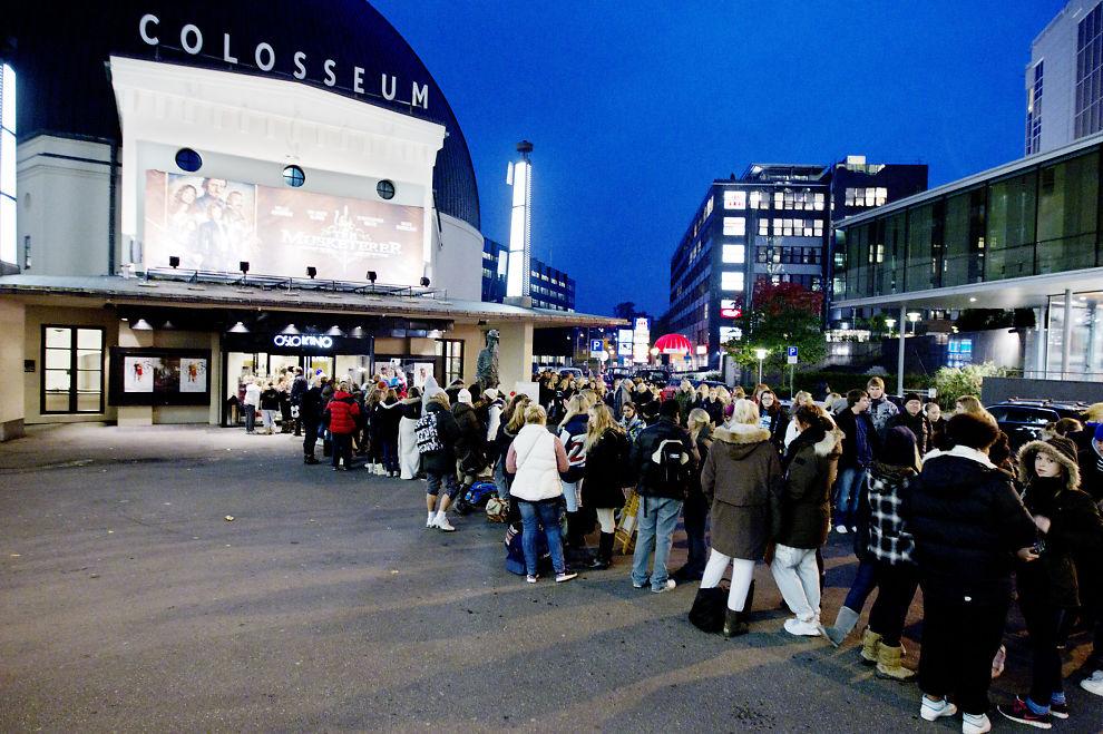 VIL SELGE: Bystyret i Oslo har gått inn for salg av Oslo Kino. Her er det kø utenfor Colosseum i forbindelse med premiere på en av Twilight-filmene.