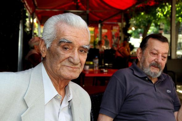 VIKTIG TEMA: Innvandring har sammen med den økonomiske krisen vært et viktig tema i den greske valgkampen. Motstanden mot innvandring er stor hos mange. Vi burde jage innvandrerne på havet med våpen i hånd. De er for mange, sier pensjonisten Gerasimos Kakatos (til venstre) sammen med vennen Hatzigianakos Panagiotis.