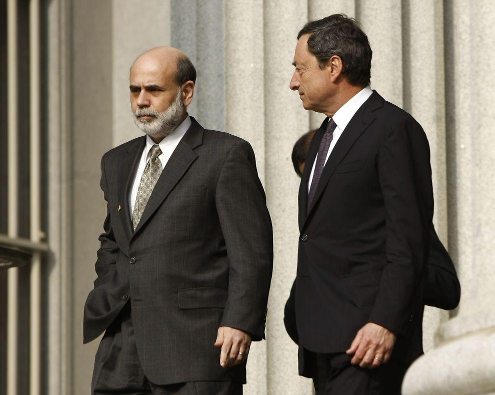 NY RENTEVURDERING: Her er sjefen for den amerikanske sentralbanken Ben Bernanke, avbildet i Washington med sin europeiske kollega Mario Draghi. Den amerikanske sentralbanken innledet sitt to-dagers rentemøte tirsdag. Markedet håper på ytterligere hjelp fra sentralbanksjefen.