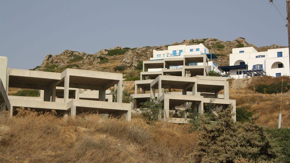 SLITER: Hellas er i økonomisk krise og mange steder blir hus stående uferdige, som her i Naxos. Skattemyndighetene har slitt med å få folk til å betale eiendomsskatt og snikinnføring av skatten via strømregningen ble dårlig mottatt.<br/><br/>