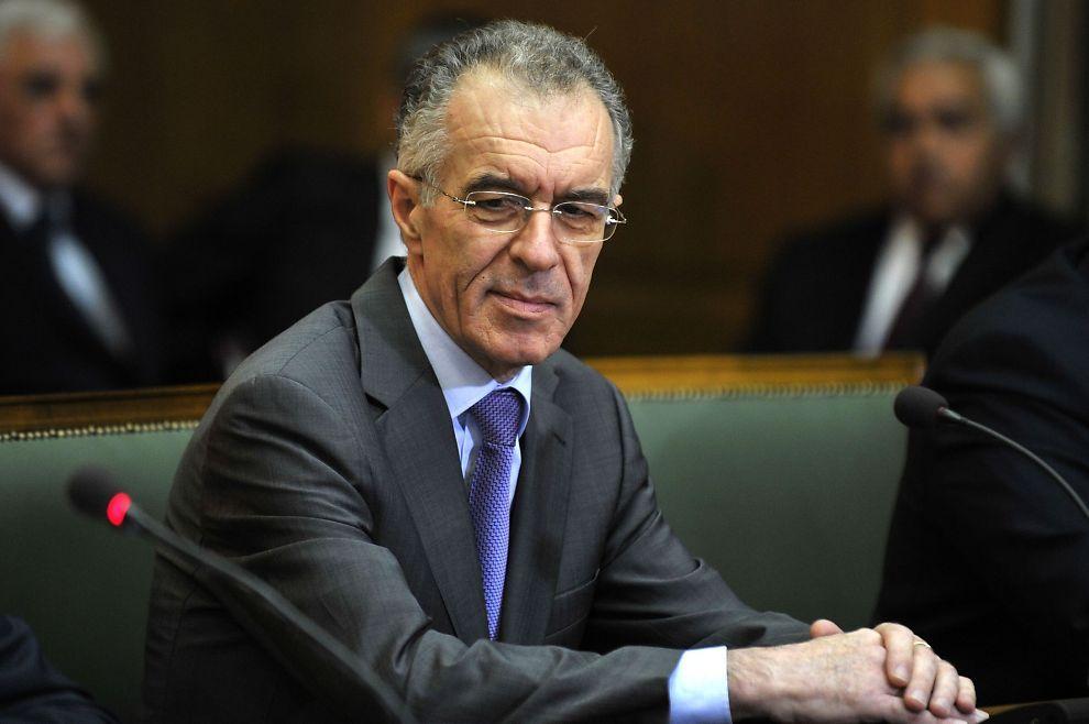 MAGESMERTER: Hellas' påtroppende finansminister Vassilis Rapanos ble kjørt på sykehus fredag. Han skal blant annet ha sterke smerter i magen.