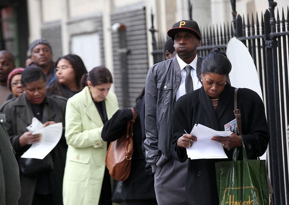 FÆRRE ARBEIDSLEDIGE: Tallet på nye søkere til ledighetstrygd i USA sank noe i forrige uke. Bildet er fra et jobbsøkerseminar i Brooklyn, New York i april.