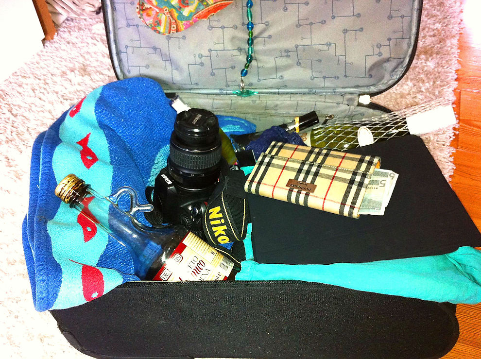 <p><b>FINN FEM FEIL:</b> Denne kofferten er pakket med mye du ikke bør sende i innsjekket bagasje på flyet. Reiseforsikringen omfatter ikke skader på eller tyveri av elektronikk, kamera, penger, vin blant annet.</p>