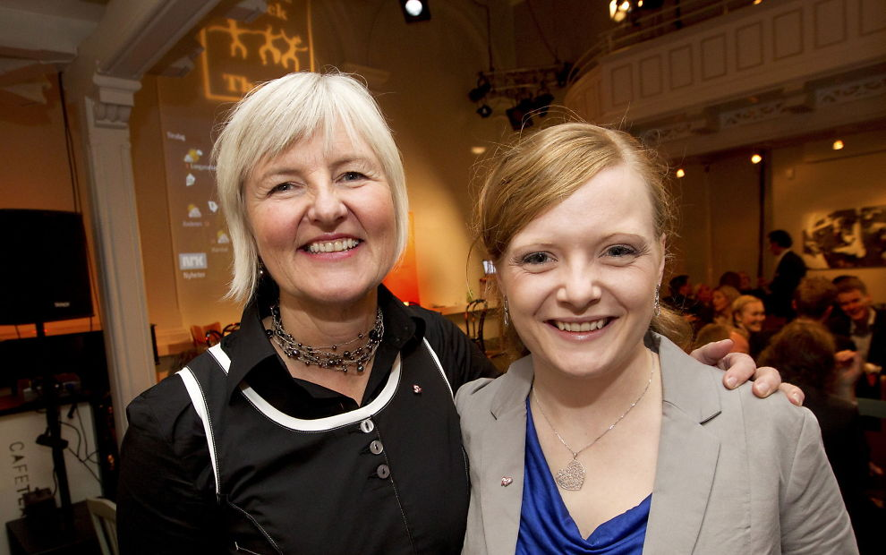 LEI PAPPAGUTTER: KrFU-leder Elisabeth Løland (til høyre) er glad for at utbytte fra familiefirma nå vil gi mindre studiestipend. Her sammen med tidligere Krf-leder Valgerd Svarstad Haugland.