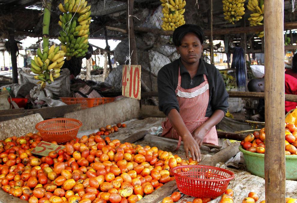 INGEN AKUTT KRISE: Verdens matvareprogram sier at rekordnivåene på kornpriser foreløpig ikke har fått konsekvenser for tilgangen på matvarer i Afrika. Her er en ekspeditrise på et vegetarmarked i Nairobi, Kenya i mai 2012.