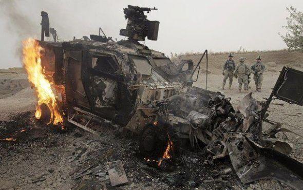 <p><b>VÅPENSYSTEM:</b> Bildet viser et M-ATV- kjøretøy med en Crows-våpensystem på taket, og er tatt i Afghanistan. Kjøretøyet traff en hjemmelaget veibombe, IED. Alle soldatene overlevde.<br/></p>