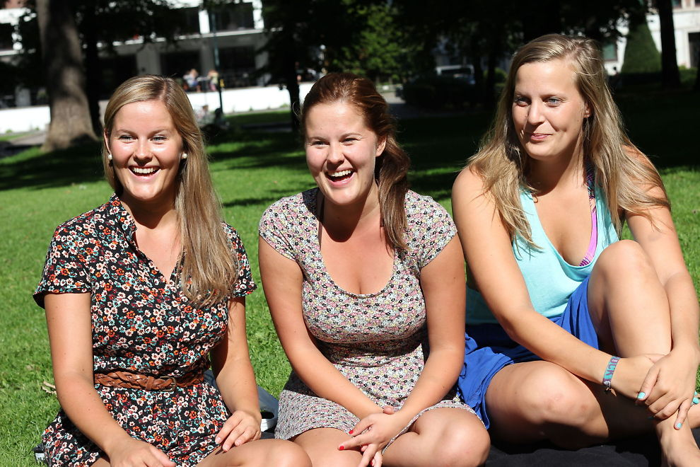 <p><b>PARK-FLØRTERE:</b> – Det morsomste kan også være det billigste, sier Inger Lise Fossum (t.v.). Dine Penger møtte henne i Slottsparken i Oslo med den single tvillingsøsteren Linn og singel-venninnen Kaja Jacobsen (t.h.).</p>