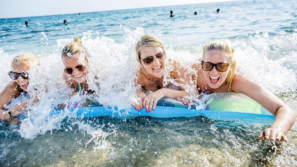 <p><b>33 DAGER MED FRI:</b> Nordmenn jobber fjerde minst i Europa Her nyter Anne Dyrbeck (29), Isabel Heinreich-Riis (29), Janne Moen (28) og Marte Haugen (25) fra Skien nyter late dager på stranden i Alanya, Tyrkia. Norge har til sammen 33 dager avtalefestede fridager.</p>