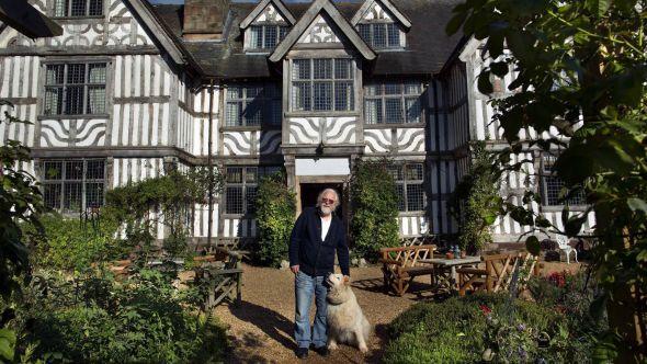 <p><b>LORD OF THE MANOR:</b> Bjørn Teksnes kjøpte herregården Old Colehurst Manor og tittelen Lord i 1986. Selve bygningen er fra 1580 og har som alle gamle britiske herregårder, rike historier om spøkelser.</p>