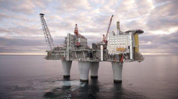 <p><b>DOMINERER:</b> Oljerelaterte selskaper markerer seg på listen over landets ti største selskaper. Dette bildet er fra Troll A-plattformen i Nordsjøen.</p>