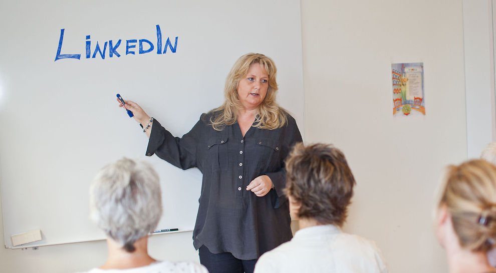 <p><b>SMARTE GREP:</b> Her holder Kathe Arnesen foredrag i hvilke grep man kan gjøre for å få mest ut av LinkedIn-profilen.</p>