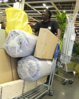 <p><b>INTERNASJONALT:</b> Bildet viser en Ikea-kunde i et varehus i Stoughton, Massachusetts. I 2014/15 åpner Ikea butikk mellom Hamar og Brumunddalen.</p>