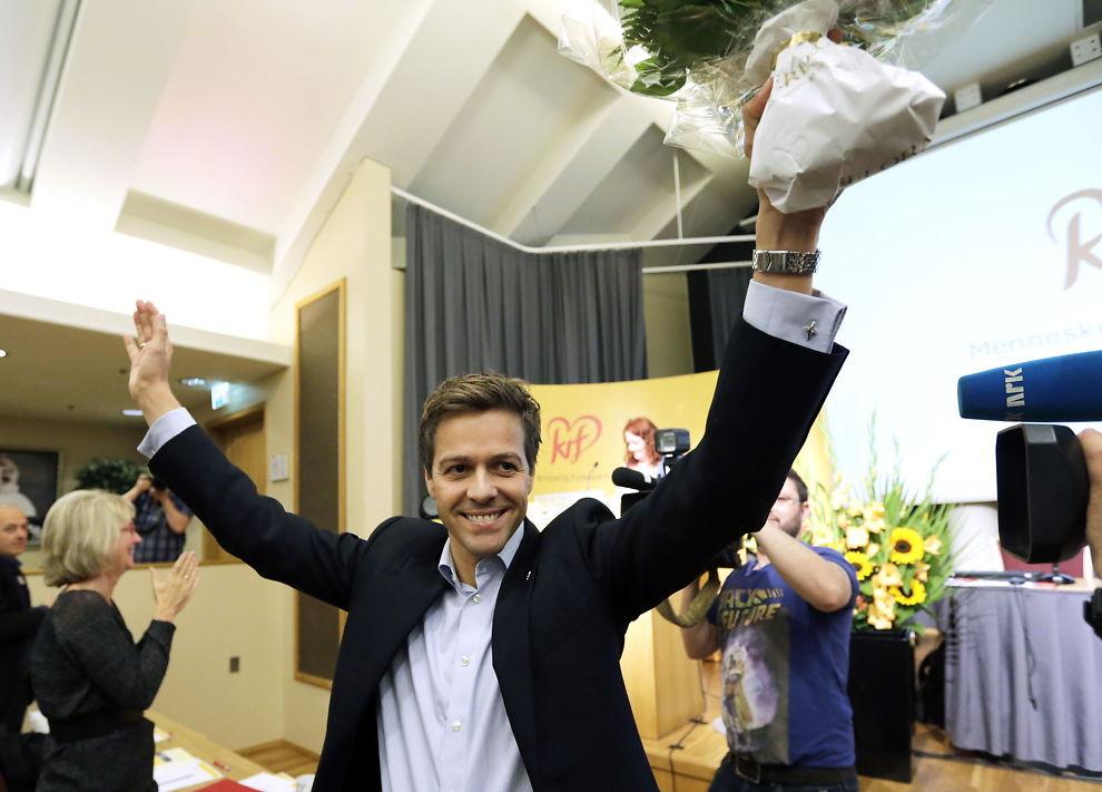 <p><b>ÅPNER FOR FRP:</b> KrF-leder Knut Arild Hareide holdt fredag en tale på partiets strategikonferanse der han åpnet for samarbeid mellom de fire partiene på borgerlig side og avviste samtidig de rødgrønnes invitasjon til samarbeid med ordtaket «takk, men nei takk». Konferansen ble avholdt på Hotel Opera i Oslo.</p>