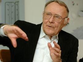 <p><b>TAKKER FOR SEG:</b> Ikeas grunnlegger Ingvar Kampad (86) overlater nå styringen av Ikea til sine tre sønner. Kamprad bor i Sveits, og på bildet er han fotografert på en pressekonferanse i Lausanne i 2006 da han donerte 500.000 sveitserfranc til byens kunstakademi.<br/></p>