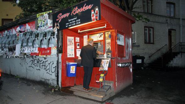 <p><b>POPULÆR PØLSEKIOSK:</b> Det er ingenting som tyder på at Erlend Dahlbo må legge ned kiosken med det første. Hele dagen har han en jevn strøm av kunder.<br/></p>