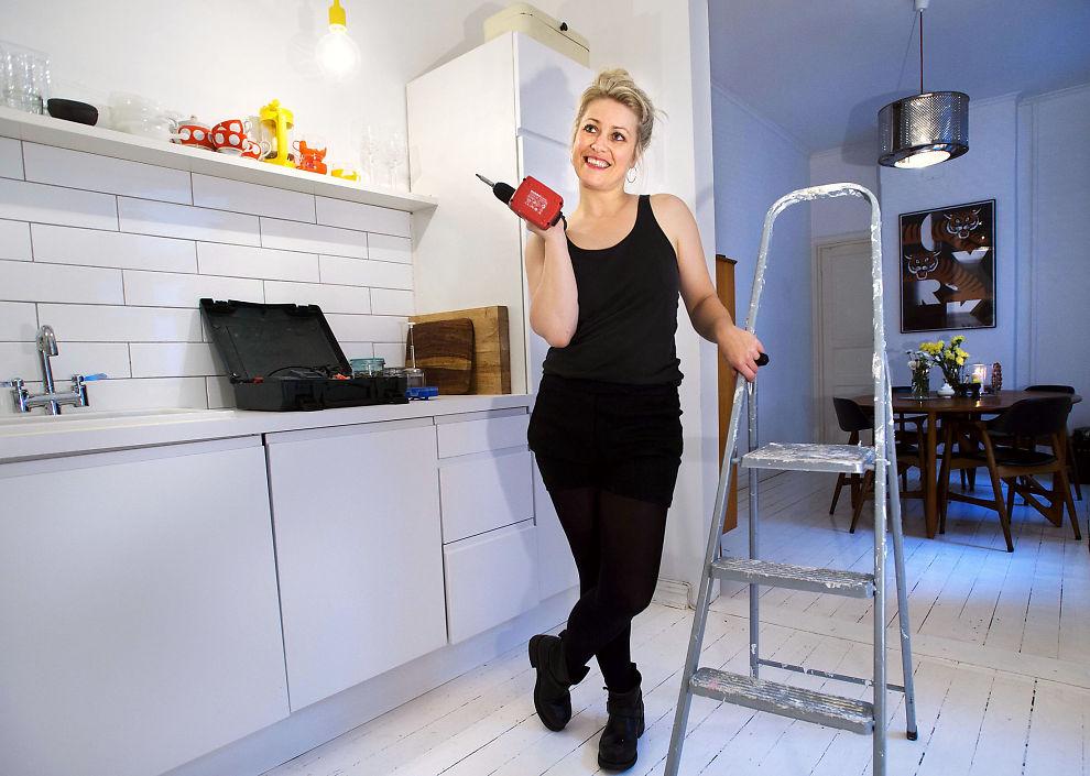 SISTE FINPUSS: Interiørblogger Linn Karen Førland flyttet inn i ny leilighet i fjor, og gjør nå siste finish. Hun er en av 43 prosent som pusser opp i år. FOTO: :HELGE MIKALSEN