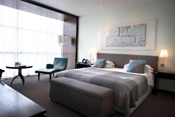 BILLIG SUPERIOR DE LUXE: Lowry hotel i Manchester regnes for å være byens beste hotell. Dette rommet med utsikt mot elven, flislagt bad og frokost kostet da VG sjekket i september 440 pund, om lag 4 114 kroner. Ordner du turen selv kan du bo på dette hotellet og komme billigere ut av det enn med pakketur til et billig hotell.
