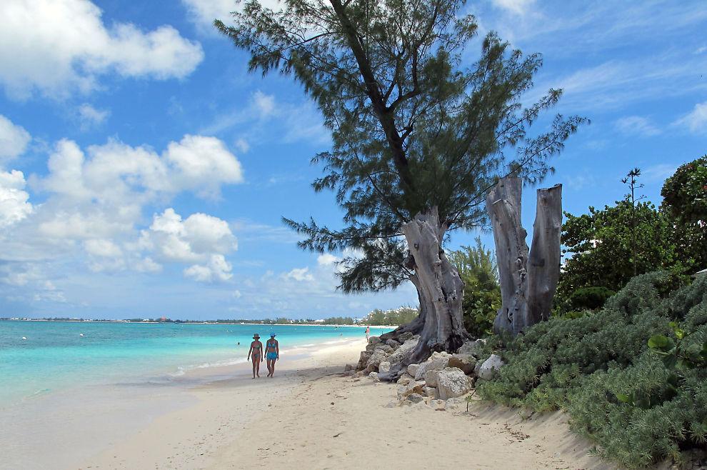 <p><b>HEMMELIGHOLD OG FLOTTE STRENDER:</b> G20-landene lovet i 2009 å komme skatteparadisene til livs. Det endte med at pengene fløt inn til blant annet Cayman Islands. Bildet er tatt på Seven Mile Beach på Grand Cayman Island i august.<br/></p>