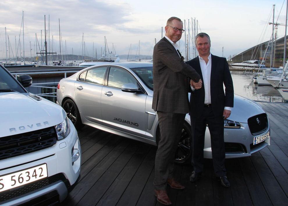 <p><b>NYE EIERE:</b> Per Temmesen i danske British Car Import og Thomas Øvreseth i Jaguar Land Rover Oslo markerer at det danske konsernet tar over importen av Jaguar.<br/></p>