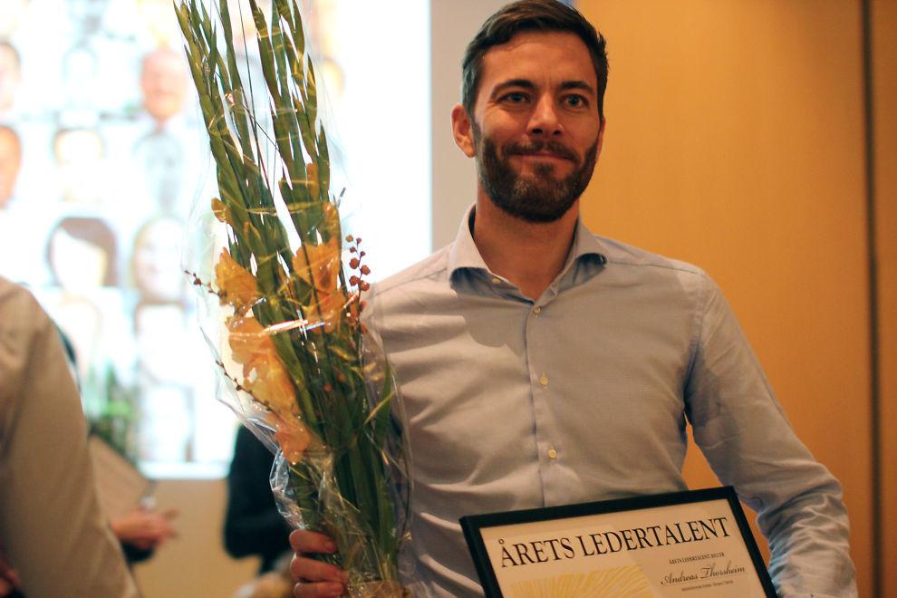 <p><b>VINNER:</b> Andreas Thorsheim (32) nådde helt til topps i E24s Ledertalent-kåring for 2012. Her mottar han prisen under en samling for ledertalentene fredag formiddag.<br/></p>