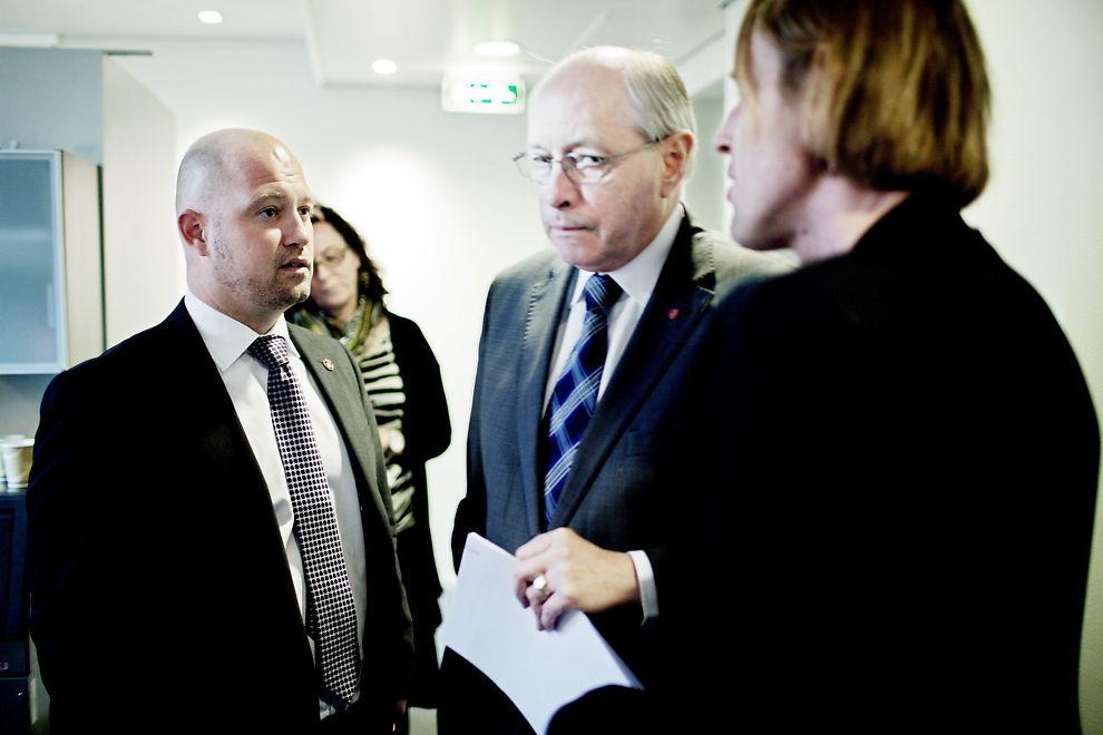 <p><b>KREVER NYE SVAR:</b> Opposisjonen har, mot de rødgrønnes stemmer, fått Stortingets kontrollkomité til å sende nye spørsmål til næringsminister Trond Giske. Her er lederen i Kontrollkomiteen, Anders Anundsen (Frp) (t.v.), avbildet sammen med Martin Kolberg (midten) fra Arbeiderpartiet og SVs Hallgeir Langeland (t.h.) etter et komitémøte i mars.<br/></p>