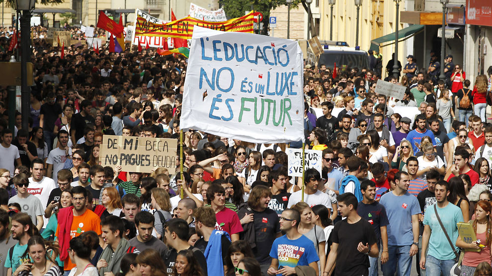 <p><b>VISER MISNØYE:</b> Tusenvis mobiliserte i gatene av Valencia for å vise sin misnøye med kutt i offentlige ytelser, som et ledd i en tre dager lang generalstreik tidligere denne måneden. En av parolene lød «Utdanning er ingen luksus, det er fremtiden».</p>