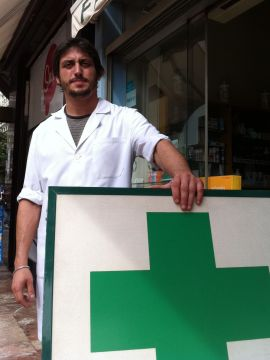 <p><b>SLITER:</b> Apoteker Jose Mut har ikke råd til å kjøpe inn de dyreste medisinene lenger. Den spanse staten ligger nemlig syv måneder på etterskudd med refusjon av medisiner han må levere ut til pasienter på «blå resept».</p>