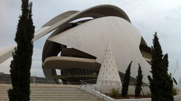 <p><b>KOSTBART:</b> Den flotte operaen kostet milliardbeløp å bygge, og var ett av flere signalbygg som ble oppført da Valencia satset på å bli en «verdenby». Nå er byen skrapet for midler.</p>