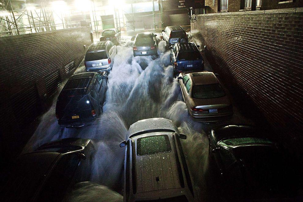 <p><b>HOLDER STENGT:</b> Wall Street holder stengt for andre dag på rad. Bildet viser en parkeringsplass i finansdistriktet som fylles med vann som følge av stormen «Sandy».<br/></p>