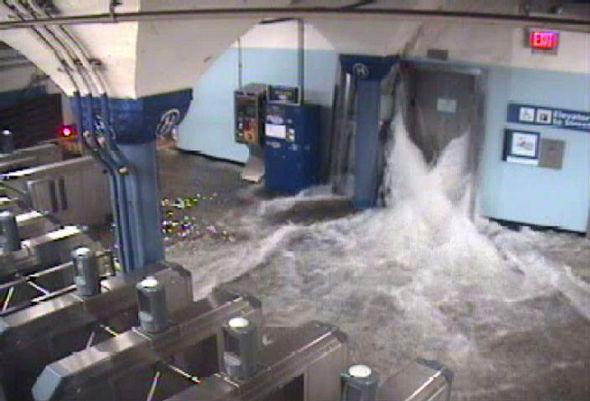 <p><b>STORE SKADER:</b> Store mengder vann fosser ut fra t-banestasjonen i New Jersey. Eksperter frykter at prislappen på skadene som stormen etterlater seg, langt vil overstige de 60 milliarder kronene fjorårets orkan Irene anslås å ha kostet.</p>