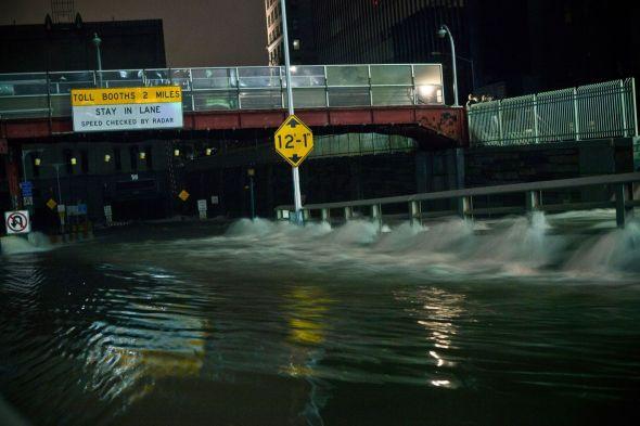 <p><b>FOSSER INN:</b> Betydelige mengder vann har strømmet ned i Battery Tunnel, som begynner ved finansdistriktet på Manhattan.<br/></p>
