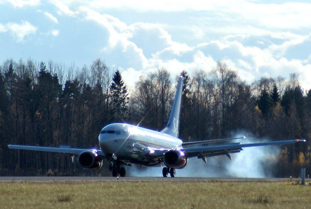 <p><b>SJANSE FOR HARD LANDING:</b> SAS sliter med høye kostnader og underskudd. Nå jobber selskapet intenst med å finne en vei ut av uføret. Her lander et av selskapets fly av typen Boeing 737-600 på Oslo lufthavn Gardermoen.</p>