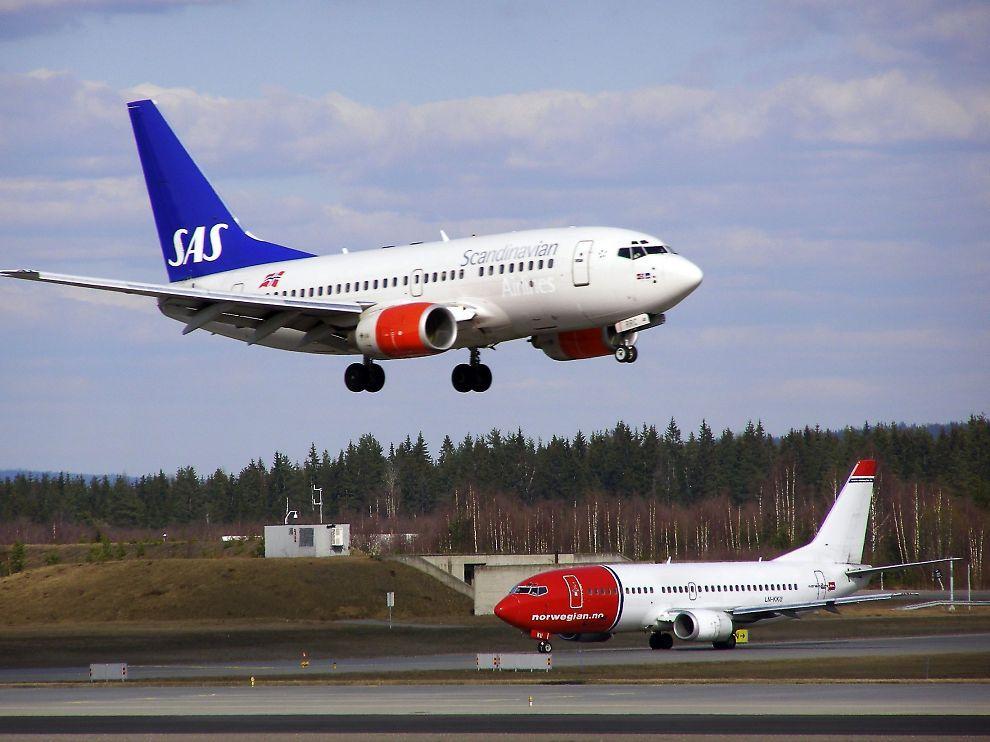 <p><b>FORDEL NORWEGIAN:</b> Etter en konkurs kan SAS gjenoppstå som et lavprisselskap. Da mister Norwegian kostnadsfordelene de har nå, mener flyekspert. På bildet passerer to Boeing 737 fra SAS og Norwegian hverandre på Gardermoen i 2008.</p>