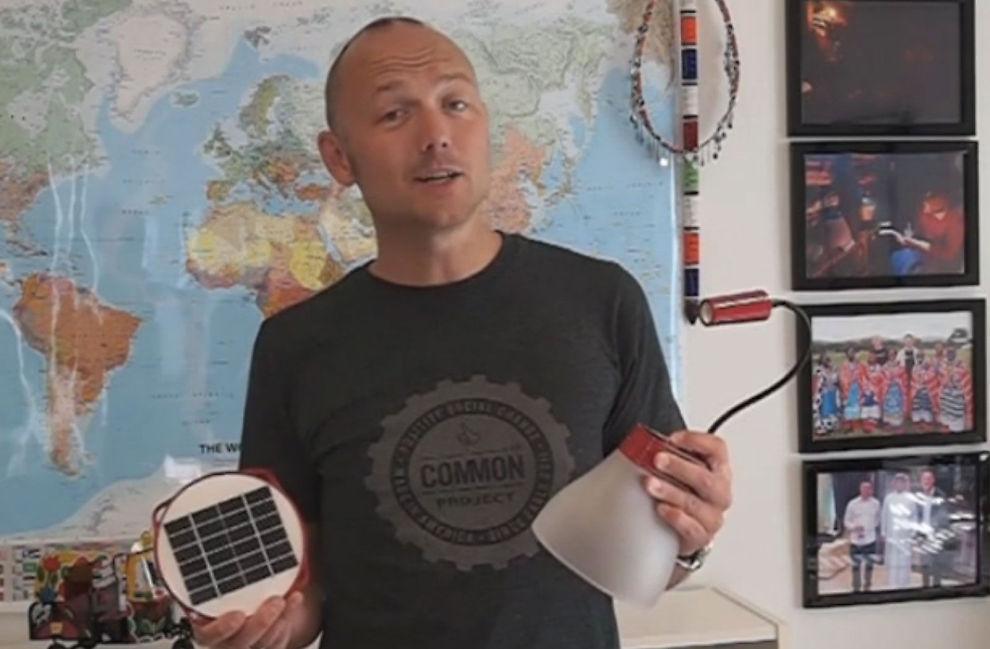 <p><b>HØYTEKNOLOGISK BØSSEBÆRER:</b> Daglig leder, Kristian Bye, i oppstartbedriften Bright Products har samlet inn over 300.000 kroner gjennom såkalt crowdfunding. Lørdag reiser han til Senegal for å promotere de sollys-oppladbare lampene sine.</p>