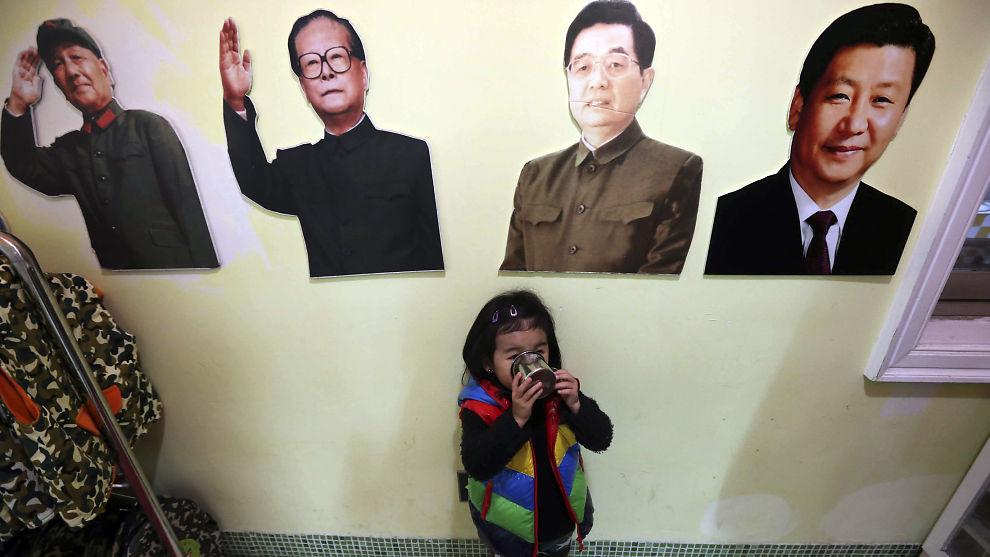 <p><b>TUNG BØR:</b> Kinas nyvalgte leder Xi Jinping har arvet mange store utfordringer fra sine forgjengere. Her henger Deng Xiaoping, Jiang Zemin, Hu Jintao and Xi Jinping på rekke i en barnehage i Shanghai.<br/></p>