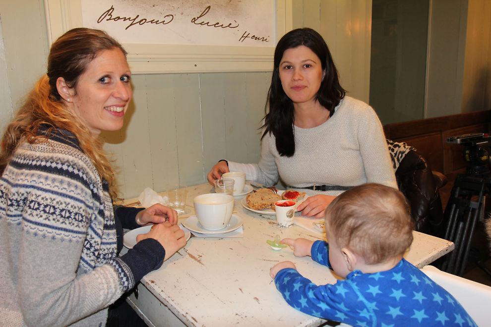 <p><b>Unner seg litt ekstra</b>: Øydis Rasmussen (34) og Haldis Hansen (35) har ikke dårlig samvittighet for at de unner seg en kaffe eller et kafèbesøk av og til. - Det var verre da vi var studenter med dårlig økonomi, sier Øydis. Her på kafè med sønnen Rasmus (8 mnd.)</p>