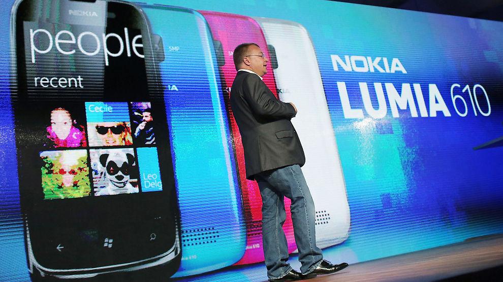 <p><b>PÅ RIKITG VEI:</b> Nokias kostnadskutt får positive ringvirkninger for resultatet i fjerde kvartal. Selskapet steg nesten 11 prosent på Helsinki-børsen torsdag. Bildet viser Nokia-sjef, Stephen Elop, som introduserer mobilen Lumia i New York i september i fjor.<br/></p>