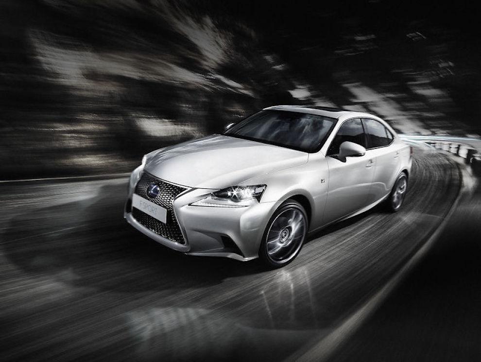 <p><b>NYTT TRYNE:</b> Fronten på Lexus IS 300h har det nye, og mer hissige utrykket, som man og finner på GS, og RX etter oppdateringen i fjor.<br/></p>