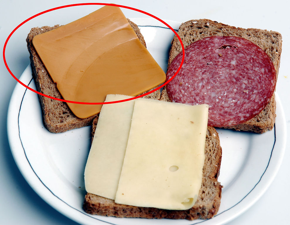 <p><b>BRUN BRANN:</b> Det var denne osten (med rød ring rundt) som tok fyr i tunnelen. Det er ikke meldt om gulost- eller salamiskader etter ulykken.</p>