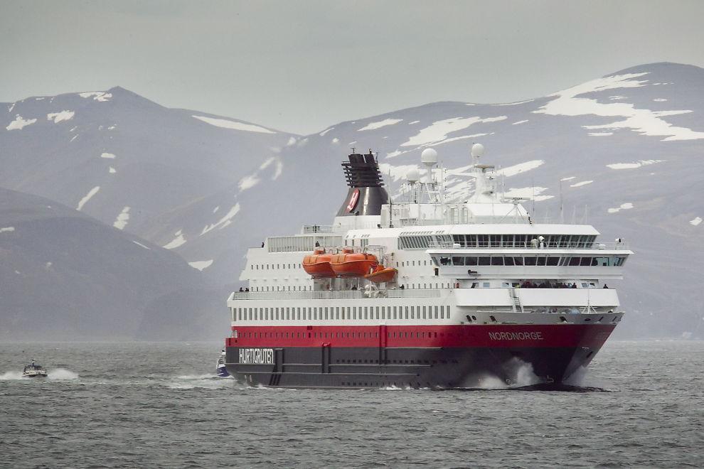 <p><b>SKAL SLANKES:</b> Hurtigruten melder mandag at bemanningen skal kuttes med 25-30 prosent. Her er Hurtigrute-skipet Nordnorge på vei inn til Honningsvåg under opptaket til «Hurtigruten - Minutt for minutt» i 2011</p>