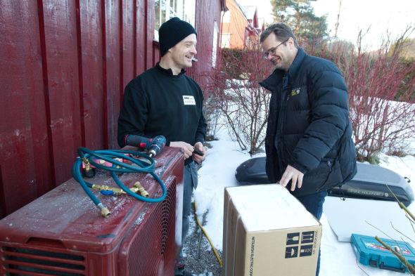 <p><b>SPARER STRØM:</b> Morten Kind fra Kind Energi monterer ny varmepumpe hos familien Karlsen på Tåsen i Oslo som håper å knipe inn litt på strømregningen.</p>