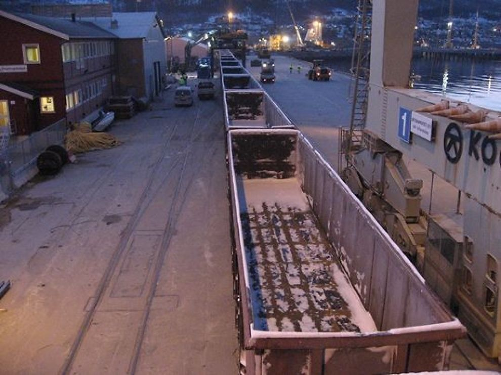 <p><b>- MÅ UTVIDES:</b> Northland skal frakte fire tonn daglig innen 2014 på Ofotbanen. Her første prøvetog ute på det midlertidige malmlossingssporet på Narvik Havn</p>