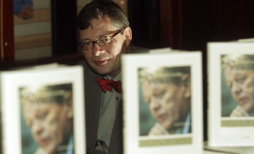 <p><b>FORTJENER SKIKKELIG BIOGRAFI:</b> Kjetil Wiedswang skrev for ti år siden bok om sin venn og tidligere sjef Kåre Valebrokk. - Det var et portrett, ikke en fullverdig biografi. Jeg håper noen lager det om Kåre en dag, en biografi med mange kilder. Det fortjener han. Her er DN-spaltisten fra lanseringen av hans bok i 2003.<br/></p><p><br/></p>