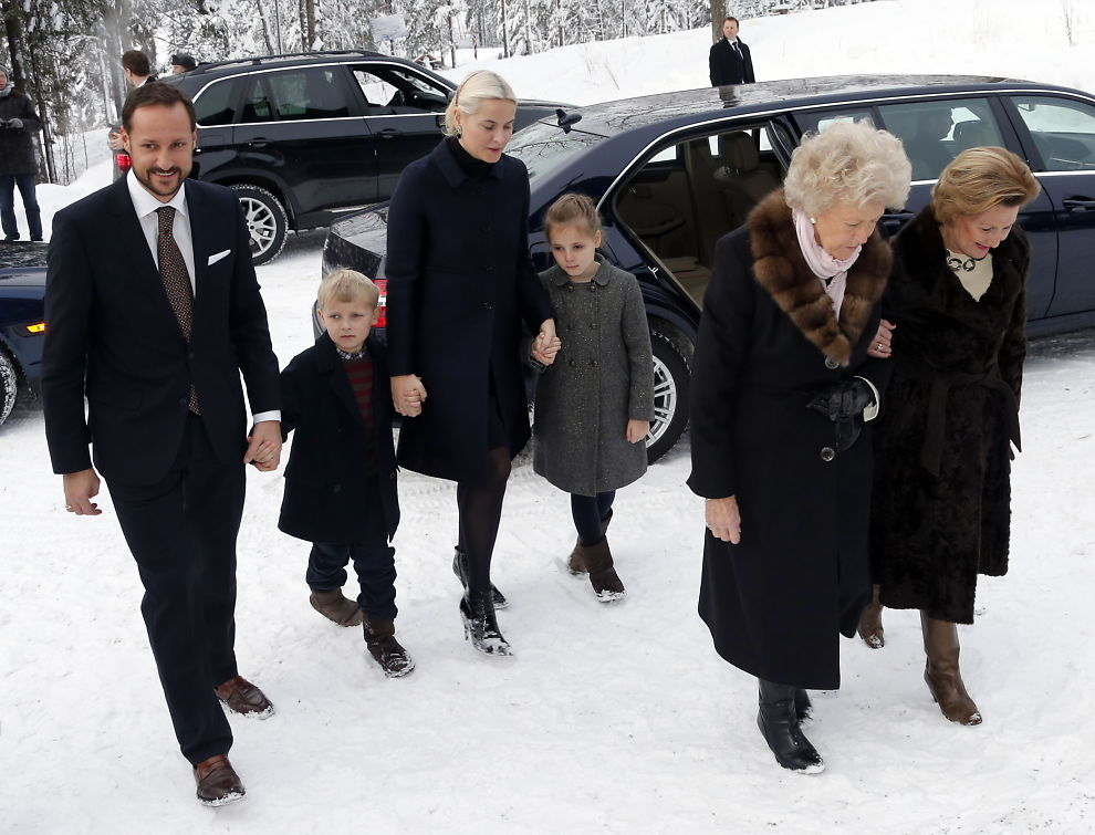 <p><b>UT MOT SE OG HØR:</b> Kongefamilien, her ved dronning Sonja, kronprins Haakon, kronprinsesse Mette Marit, prinsesse Ingrid Alexandra, prins Sverre Magnus og prinsesse Kristine Bernadotte (nr. to f.h.) på vei til Holmenkollen kapell, har gått kraftig ut mot Se og Hør.</p>