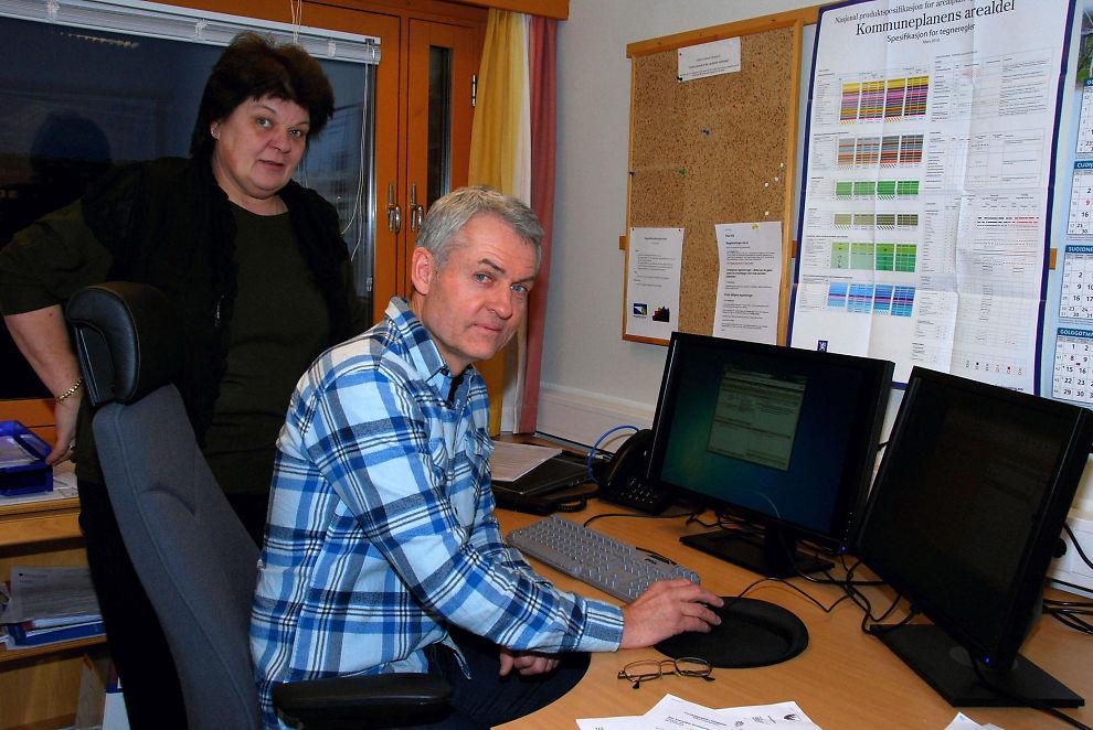 <p><b>Ny jobb:</b> Hans Anders Theisen (55) skiftet kurs i voksen alder, og føler seg veldig godt tatt imot i areal- og kulturvernavdelingen mot i Finnmark fylkeskommune, særlig av Annbjørg Løvik.</p>