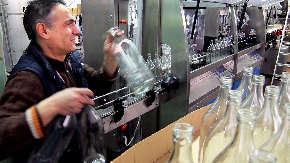 <p><b>VIN TIL KINA:</b> Takket være en sterk økning i eksporten til Kina, går det så det suser hos Vaeni Naoussa, en av de største vinprodusentene i Nord-Hellas. Her er Antolis i arbeid på tapperiet. Begge foto:</p>