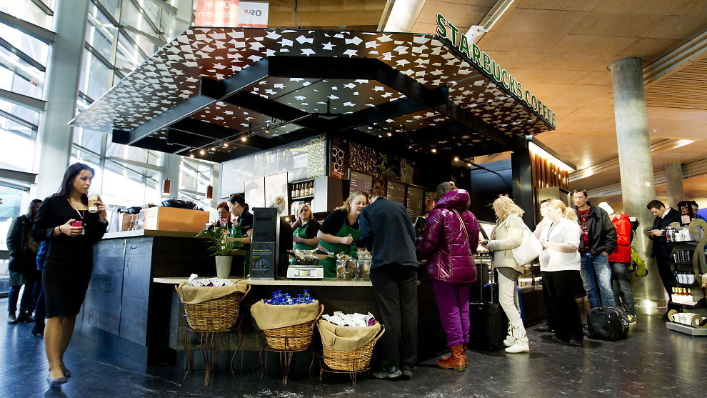 <p><b>DYREST I VERDEN:</b> Starbucks' filial på Oslo Lufthavn er så langt den eneste i landet, og har dermed verdens dyrste Grande Latte.</p>