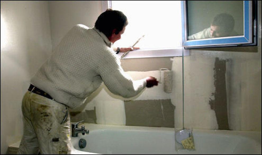 IKKE GÅ BADE-BERSERK: Totalrenovering av badet kan vise seg å bli en dyr og risikabel investering før boligsalget. Nytt malingsstrøk er imidlertid et trygt og smart grep som øker verdien for lite penger. Illustrasjonsfoto: colourbox.com