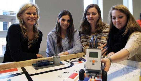 <p><b>IT-CAMP FOR JENTER:</b> Institutt fior informatikk ved Universitetet i Oslo har gjort seg lekre for videregåendejenter som står på terskelen til å velge videre utdanning de siste dagene. Professor Kristin Braa har blant annet latt Anne Merethe Hyttedalen, Johanna Houskova og Malene Helsem bygge og programmere Lego-roboter.<br/></p>