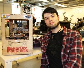 <p><b>HVERDAGSMODELLEN:</b>Informatikkstudent Persijn David Kvekkeboom ved UiO med en enkel 3D-printer som bare koster et par-tre tusen kroner, og printer i plast ved å legge lag på lag oppå hverandre, omtrent som en kakesprøyte som legger lag med krem på en bløtkake.</p><p>- Kanskje kommer utviklingen dit en dag at alle har en billig 3D-printer, som man bruker i husholdningen når man har brukket hanken på en kopp eller ødelagt et håndtak. Tenk om man da bare kan printe ut en ny del, som passer perfekt, og lime på?</p>